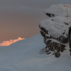 ...вечір на горі Вухатий Камінь з видом на освітлену вершину г. Смотрич...