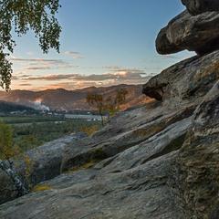 ...Княжі  Скелі, вид на долину річки Стрий та село Нижнє Синьовидне...