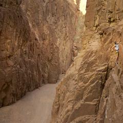 Скалолаз в каньоне Wadi Gnai