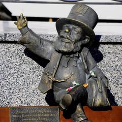 Стилістичний пам'ятник на честь одного з перших полтавських банкірів