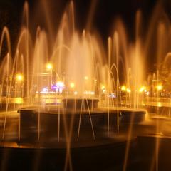 Нічний фонтан перед Оперним театром