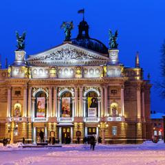Оперний театр взимку