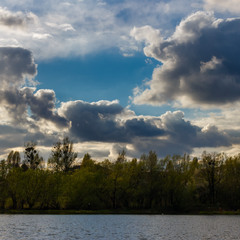 Погода мінлива, місцями хмарно