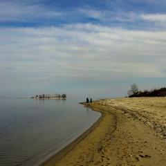 - На мокром песке остаются следы.