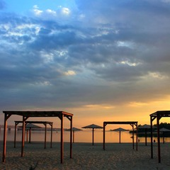 Пустынный пляж. Не нужен грим.