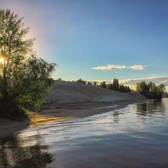 Біля річки, над водою, ...