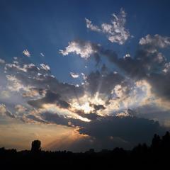Крокодил  Лежит,  И в зубах его  Не огонь горит,-  Солнце красное,  Солнце краденое.