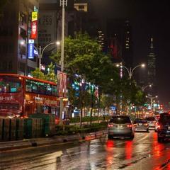 Ночной Тайбей в разгар сезона дождей