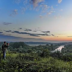 Фотохудожник пейзажист в очікувані світанку