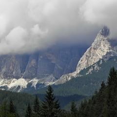 Шаль із хмар накинули на плечі гори..