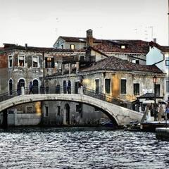 Сонячна Венеція ввечері, коли вулички поринають в тінь, а сонце висвічує десь зверху ..
