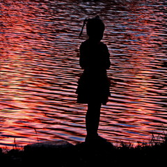 Дівчинка. Полум'я на озері