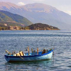 На Охридському озері / Лодка з бляшанками