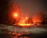 Ночная Зима в отраженниях улличных фонарей