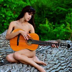 Дівчина з гітарою