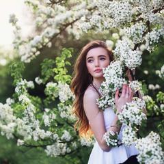 Дівчина весна