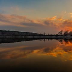 Вечоріло над озером.