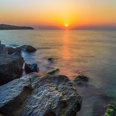 Схід сонця на чорних каменях