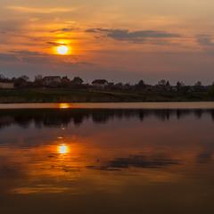 Сідало сонце за селом....і не одне))