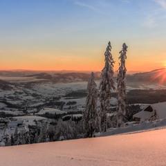 Сіло сонечко на гору.
