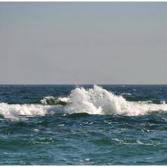 Играет море пенною волной