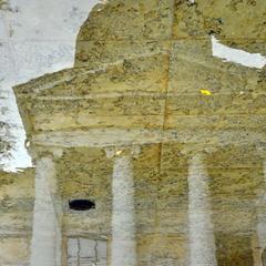 Храм (отражение в фонтане)