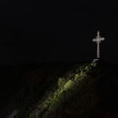 Хрест на горі біля ''стола згоди'' старої фортеці в Кам'янець-Подільському (вид уночі)