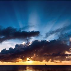 Утренние лучи... Знаю, неба непропорционально много, но лучики...!