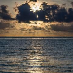 Рассвет над океаном...