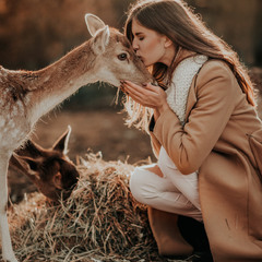 Девушка с оленёнком