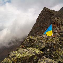 Восточные Саяны, перевал Шумакский, флаг Украины