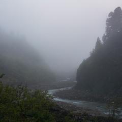 Туманный вечер в горах