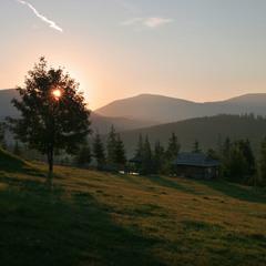 Сонце заходить за гори...