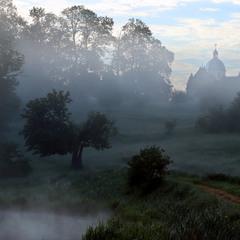 Ранковий стелиться туман