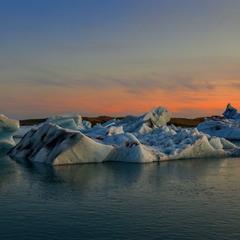 Призрачная процессия светящихся айсбергов по Йёкюльсаурлоуну