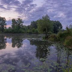 Тривожний світанок на тихому озері