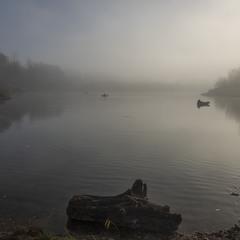 Рибалка під ранковим сонцем