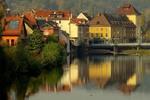 Город у реки.