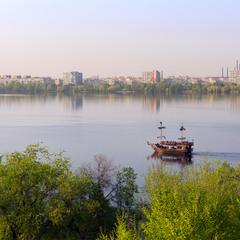 Теплий весняний вечір над Дніпром.