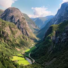 Глубокая горная долина ...