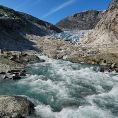 Рождение реки из ледника ...