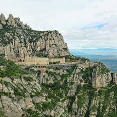 Бенедиктинский монастырь в горах Монсеррат ...