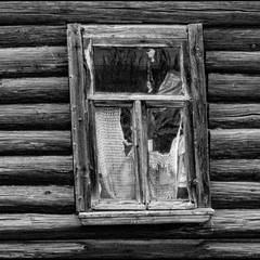 Окно с занавесочкой.