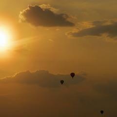 Вечернее небо, солнце и шары.