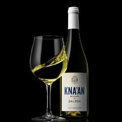 Белое вино плещется в бокале