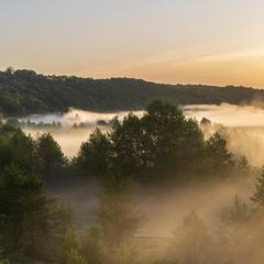 Сонце вже височенько, та густенький туман у долині.