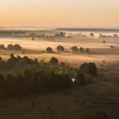 Над рікою туман, туман долиною.