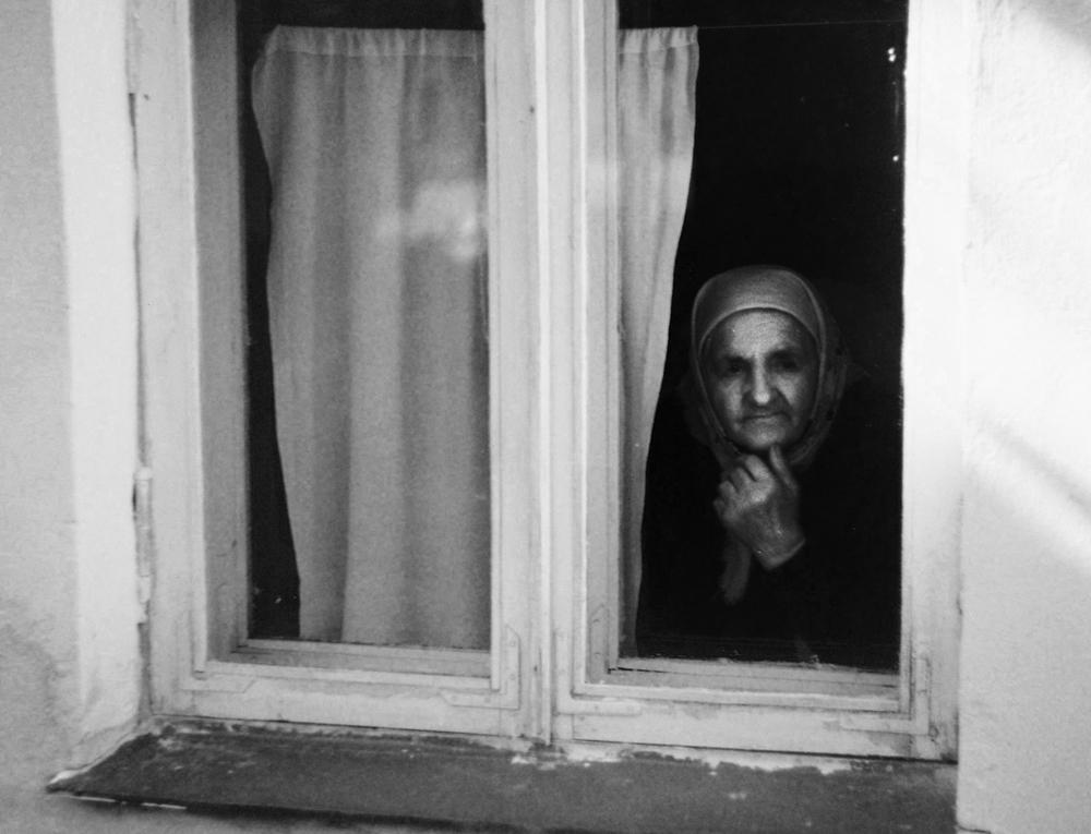 фото мама у окна представлено шарообразными