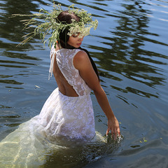 Девушка и река
