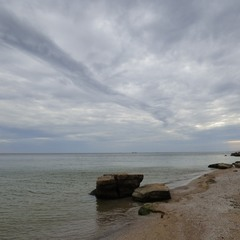 Осень окрашивает море в черный цвет...